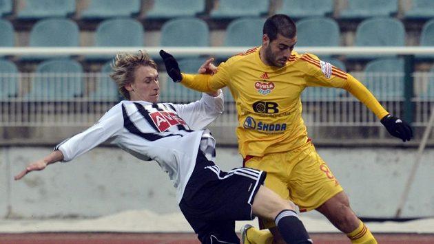 Pavel Novák z Českých Budějovic (vlevo) odkopává míč Néstorovi Albiachovi z Dukly.
