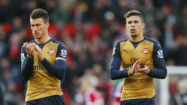 Mezi stopery Arsenalu Laurentem Koscielnym (vlevo) a Gabrielem neprobíhá správná komunikace, míní novinář John Cross.