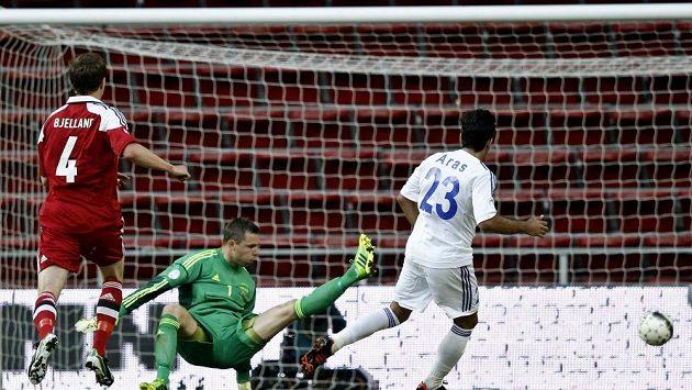 Arméni si v Dánsku s chutí zastříleli. Aras Özbilis (vpravo) střílí v Kodani druhý gól hostů.
