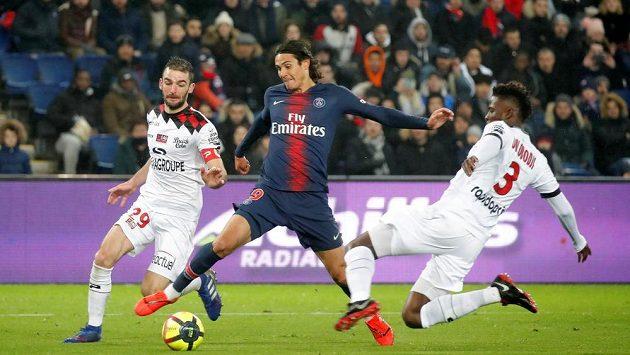 Obránce Guingampu Papy Djilobodji (vpravo) brání se spoluhráčem Christophem Kerbratem (vlevo) útočníka Paris Saint-Germain Edinsona Cavaniho (ilustrační foto).