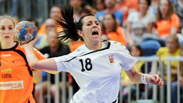 Česká házenkářka Iveta Luzumová v zápase proti Nizozemsku.