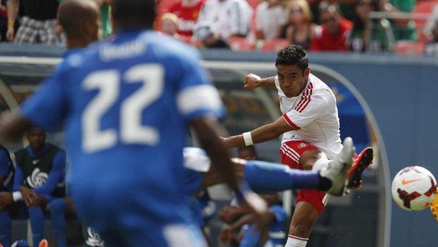 Marco Fabián střílí gól do sítě Martiniku.