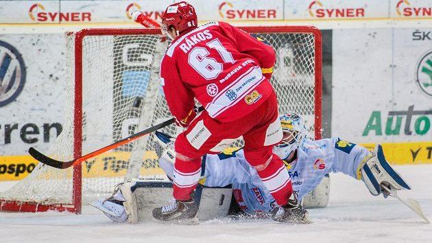 Daniel Rákos z Třince dává gólmanovi Liberce Marku Schwarzovi čtvrtý gól.