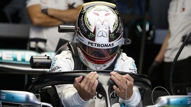 Pilot Mercedesu Lewis Hamilton po kvalifikaci na Velkou cenu Brazílie.