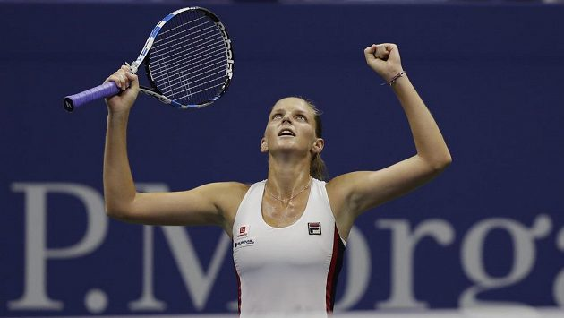Česká tenistka Karolína Plíšková zvedá ruce při vítězném gestu po vyřazení Sereny Williamsové.