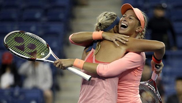 Lucie Hradecká (vlevo) se s Andreou Hlaváčkovou raduje z postupu do deblového finále US Open.