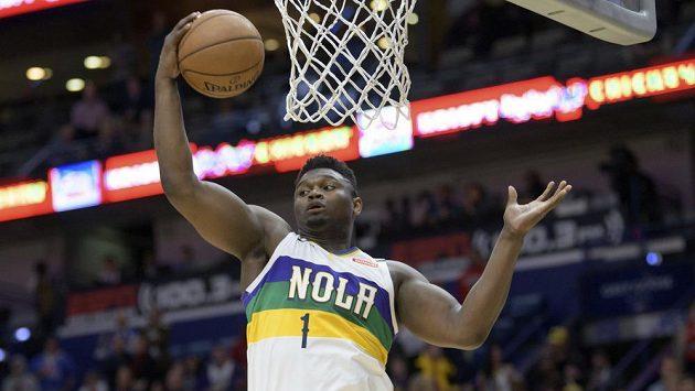 Hvězdný nováček Zion Williamson z New Orleans v souboji NBA s Oklahomou.