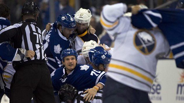 Útočník Toronta David Clarkson (71) při nedělní bitce s hokejisty Buffala.