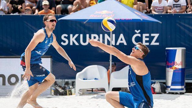 Čeští beachvolejbalisté Ondřej Perušič (vlevo) a David Schweiner - ilustrační foto.