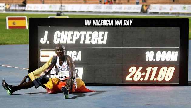Joshua Cheptegei připravil Kenenisu Bekeleho o světový rekord na 10 000 m.