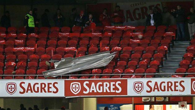 Kvůli poškozené střeše stadiónu byl odložen šlágr portugalské ligy mezi Benficou a Sportingem Lisabon.