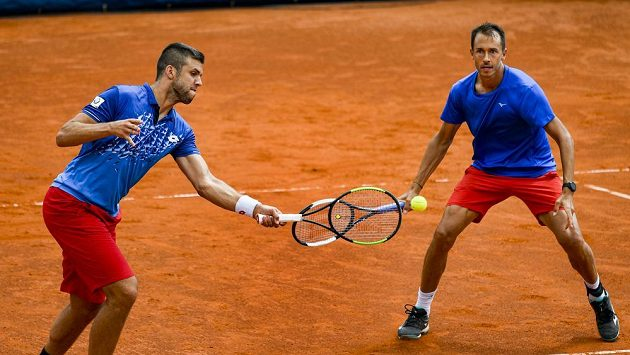 Jiří Veselý (vlevo) a Lukáš Rosol v souboji se slovenskýmy tenisty. Ilustrační foto