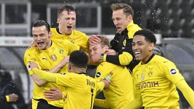 Radost hráčů Dortmundu po pohárovém vítězství nad Lipskem.