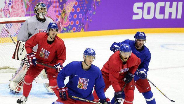 (Zleva) Jakub Kovář, Roman Červenka, Lukáš Krajíček, Jiří Novotný a Tomáš Kaberle při tréninku české hokejové reprezentace v Soči.