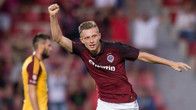 Sparťan Ladislav Krejčí oslavuje svůj gól v utkání proti Dukle.