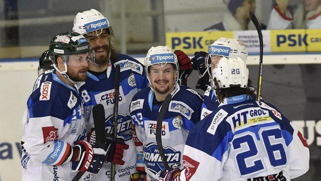 Hokejisté Brna se radují z gólu proti karlovým Varům. Zleva Michal Gulaši, Peter Mueller, autor gólu Petr Holík, Jan Štencel a Martin Zaťovič.