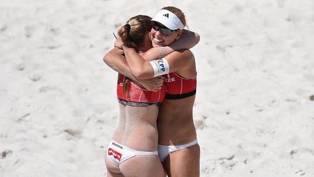 Kristýna Kolocová (vlevo) a Markéta Sluková spolu zažily hodně radosti. Takhle oslavovaly vítězství a postup do finále během turnaje světového okruhu v Praze na Štvanici.