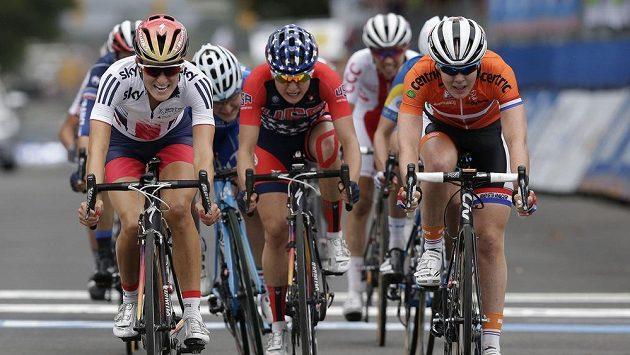 Elizabeth Armitsteadová z Velké Británie (vlevo) vyhrála silniční závod žen na mistrovství světa v Richmondu.
