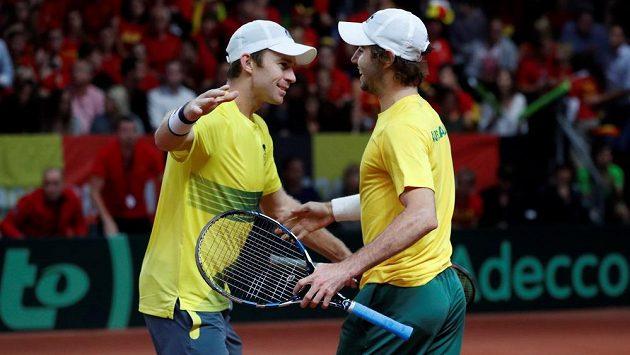 Australští tenisté John Peers (vlevo) a Jordan Thompson slaví vítězství ve čtyřhře v semifinále Davis Cupu proti Belgii.