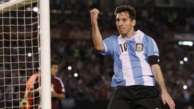 Lionel Messi se raduje z gólu ve venezuelské síti.