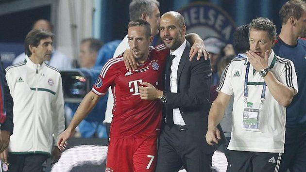 Franck Ribéry se objímá s koučem Pepem Guardiolou po vstřelené brance.