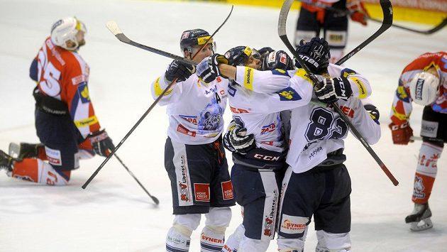 Liberečtí hokejisté se radují z gólu - ilustrační foto.