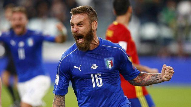 Italský fotbalista Daniele De Rossi po proměněném pokutovém kopu proti Španělsku.