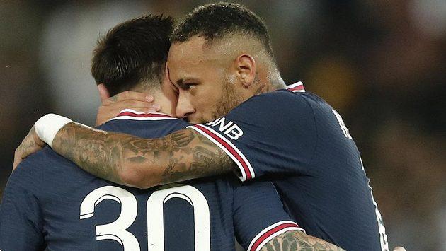 Neymar (vpravo) v objetí s Lionelem Messim