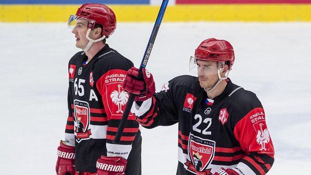 Zleva Rudolf Červený (vlevo) a Jiří Šimánek z Hradce Králové zdraví diváky po zápase s Bernem.