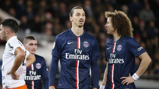 Zklamaní fotbalisté Paris Saint-Germain Davidu Luiz (vpravo) a Zlatan Ibrahimovic.