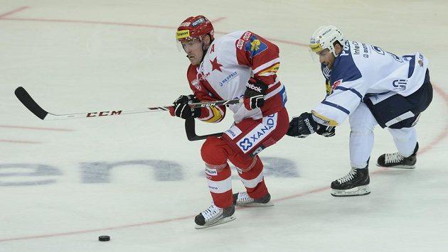 Útočník Slavie Tomáš Vlasák (vlevo) a obránce Plzně Lukáš Pulpán v utkání 4. kola Tipsport extraligy.