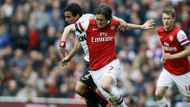 Tomáš Rosický z Arsenalu (vpravo) bojuje o míč s Rafaelem z Manchesteru United.