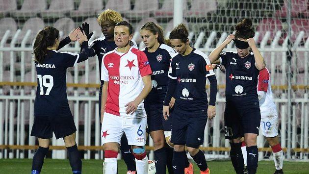 Fotbalistky Rosengardu se radují z gólu. Vpředu je Andrea Budošová ze Slavie.