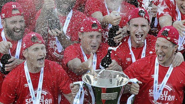 Nový mistr už bude jásat nad pohárem určeným pro vítěze HET ligy.