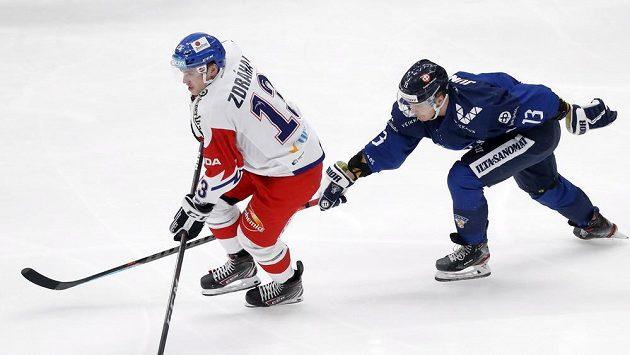 Českého hokejistu Patrika Zdráhala atakuje Fin Julius Junnttila na Channel One Cupu