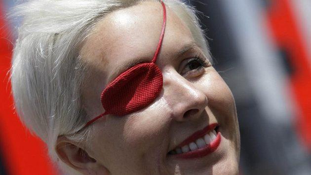 Maria de Villotaová s červenou páskou přes pravé oko.