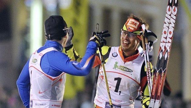 Daniel Máka (vlevo) a Martin Koukal jak se radují z vítězství ve sprinterském závodě dvojic.