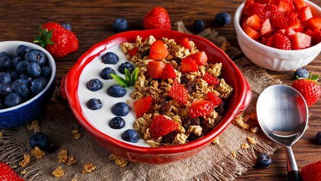 Řecký jogurt má oproti tradičnímu výrobku určité výhody.