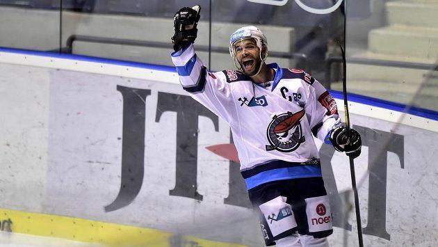 Michal Vondrka z Chomutova se raduje z branky v Pardubicích. Když byl po zápase vyhlášen nejlepším hráčem hostů, fanoušek po něm hodil láhev.