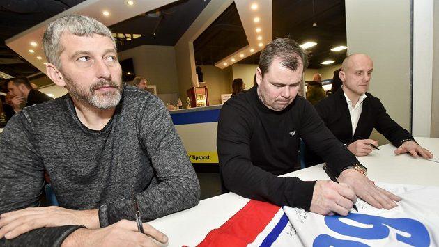 Zlatí hokejisté z Nagana (zleva) Richard Šmehlík, Jaroslav Špaček a Martin Straka během autogramiády..