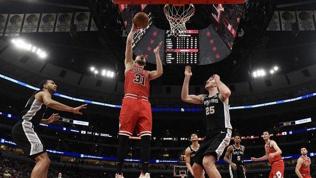 Basketbalista Chicaga Bulls Tomáš Satoranský (31) střílí na koš během utkání se San Antoniem.