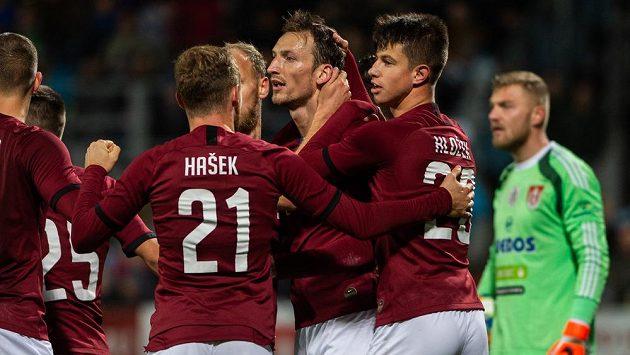 Fotbalisté Sparty se radují z gólu Libora Kozáka (ilustrační foto)