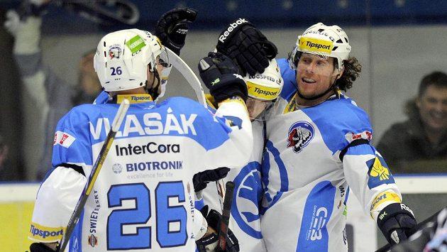Hráči Plzně se radují z gólu, vpravo je útočník Radek Duda.