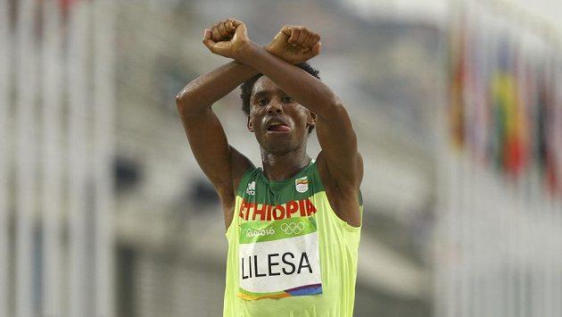 Stříbrný etiopský maratónec Feyisa Lilesa dal hned v cíli najevo podporu příslušníkům kmene, jimž prý chce vláda v jeho zemi sebrat půdu.