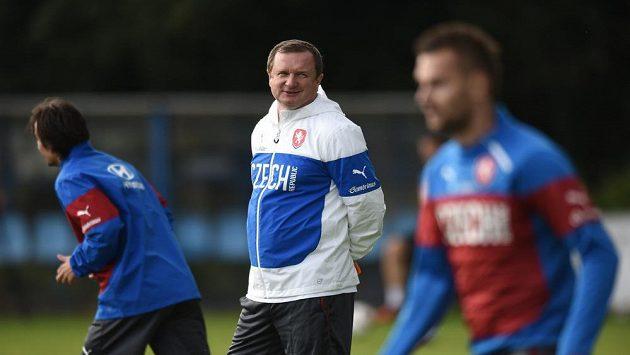 Trenér Pavel Vrba během tréninku české fotbalové reprezentace.