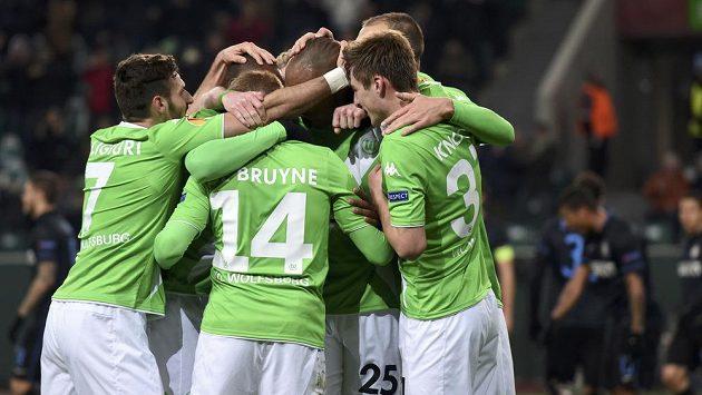 Fotbalisté Wolfsburgu se radují z branky, kterou vstřelili Freiburgu.