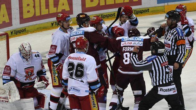 Potyčka hokejistů Sparty před brankou Hradce.