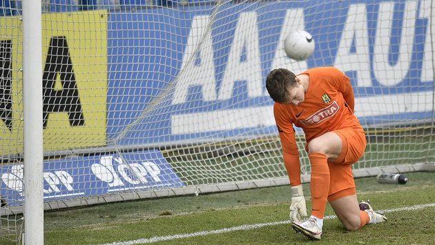 Brankář Opavy Mikuláš Kubný inkasuje gól.