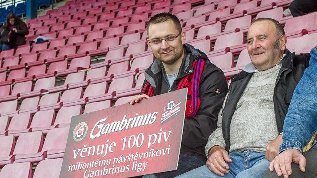 Milióntým divákem letošního ročníku Gambrinus ligy se v sobotu stal fanoušek Viktorie Plzeň Josef Markgraf (vlevo).