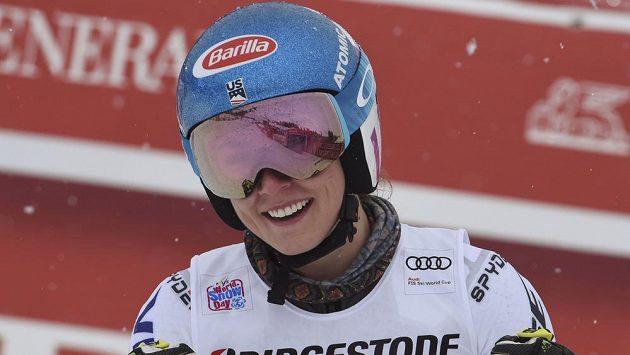 Americká lyžařská hvězda Mikaela Shiffrinová v cíli obřího slalomu Světového poháru ve francouzském Courchevelu.